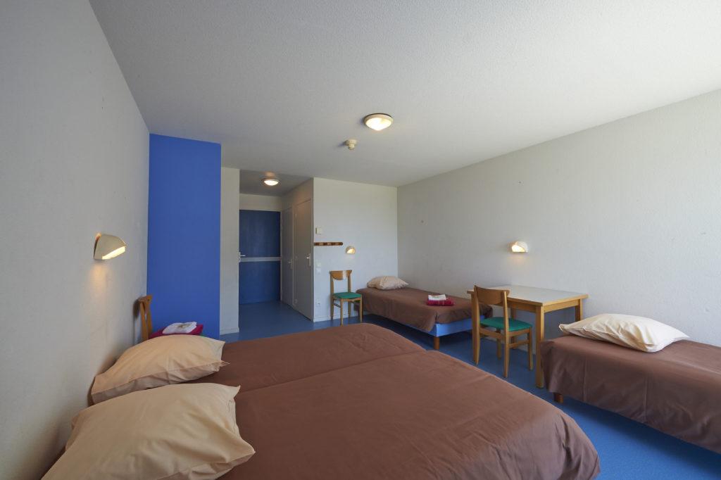 Chambres de 4 lits simples, équipés de sanitaires complets (douche et WC). Draps, taies et couvertures fournis.
